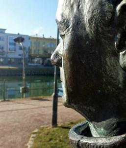 Staty som gråter i vårsolen