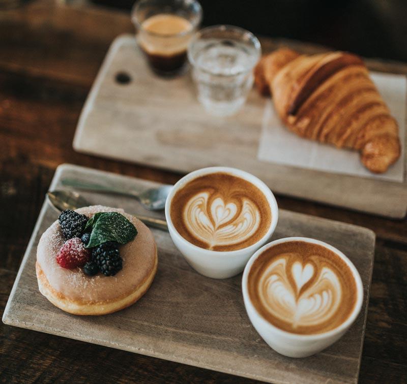 Fika på kafé (Bildkälla Unsplash)